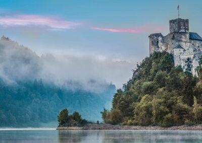 Zamek w Niedzicy przy trasie rowerowej wokół zbiornika Czorsztyńskiego